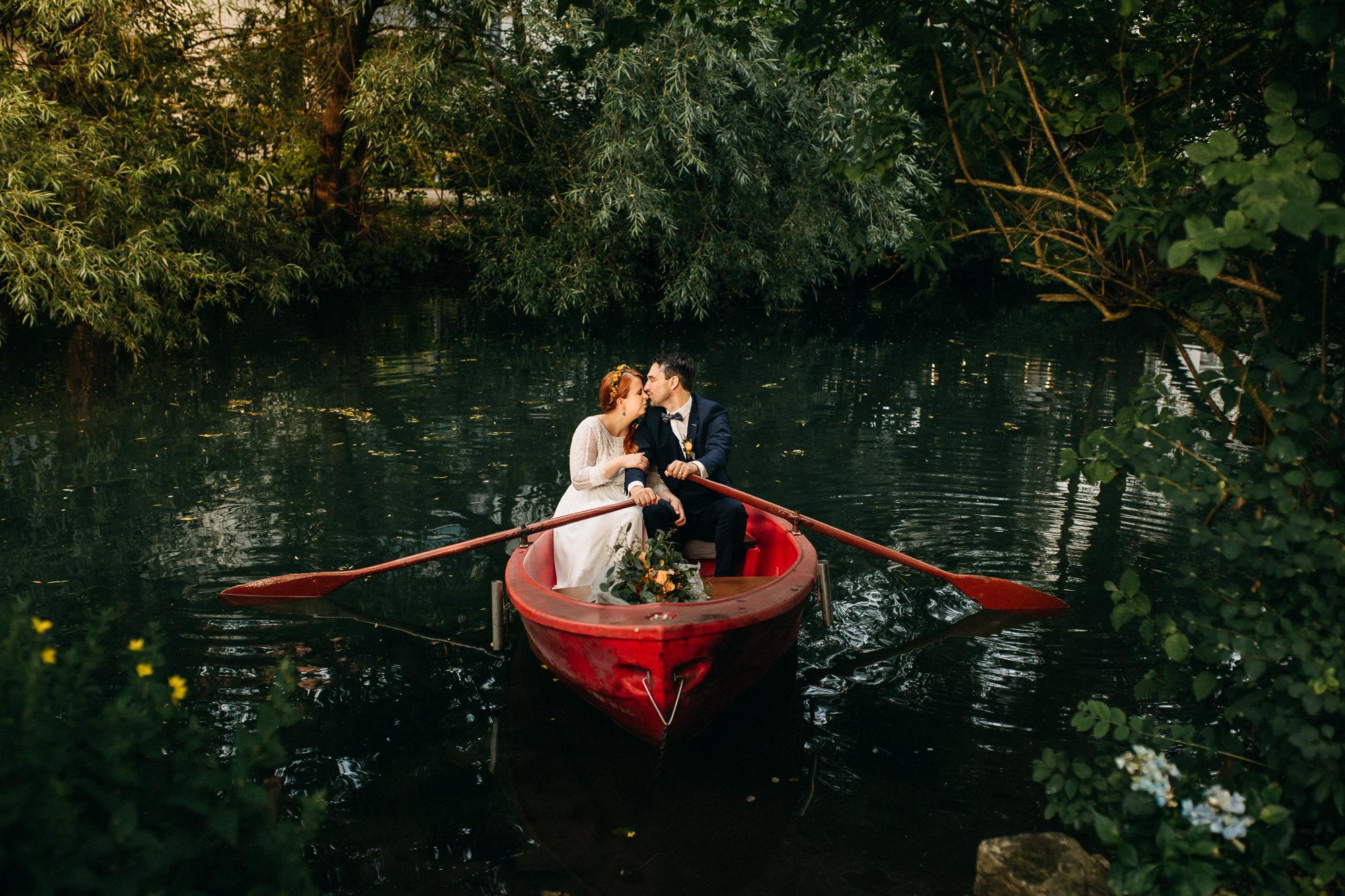 Hochzeit im Wacholder in Heidenheim mit Brautpaar im Boot